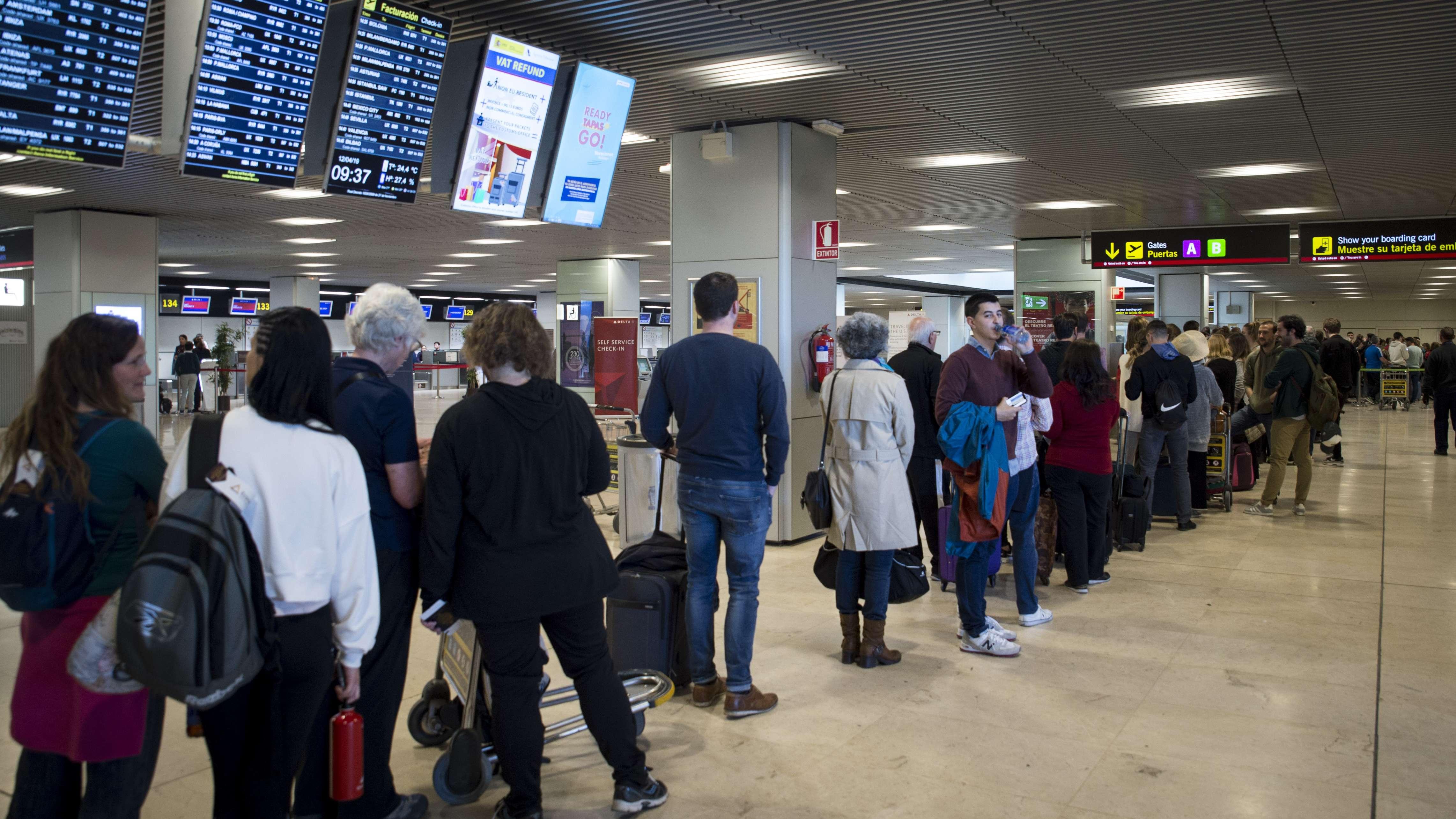 """Eine Warteschlange hat sich an der Sicherheitskontrolle am Flughafen """"Adolfo Suarez Barajas"""" gebildet. Das Sicherheitspersonal des Airports streikt."""