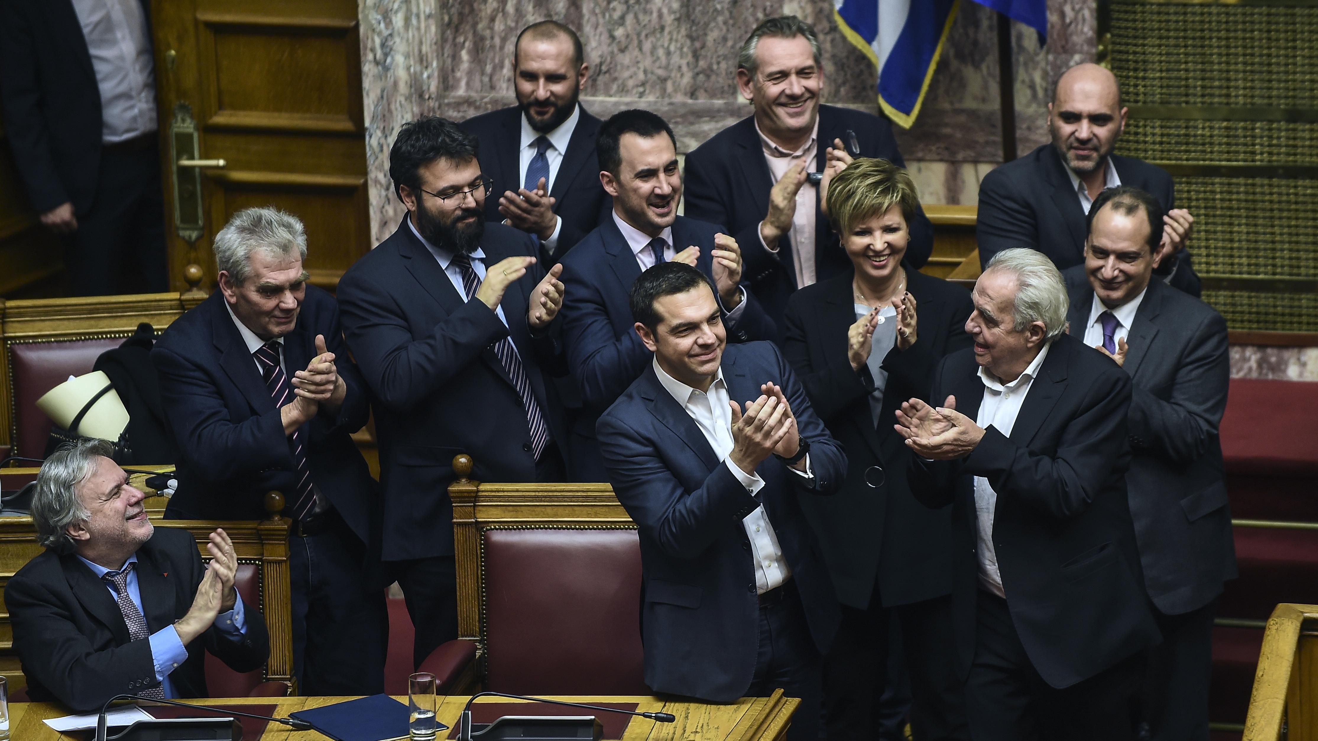 Der griechische Ministerpräsident Alexis Tsipras und die Minister seiner Regierung klatschen während einer Parlamentssitzung, nachdem ihm die Parlamentarier das Vertrauen ausgesprochen haben.