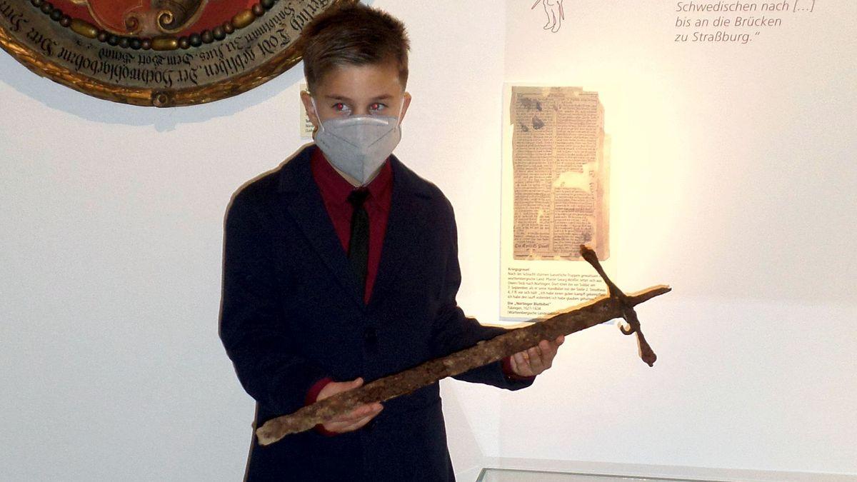 Der  zwölfjährige Ilyas fand im Wald bei Ederheim ein Schwert aus dem 16. Jahrhundert