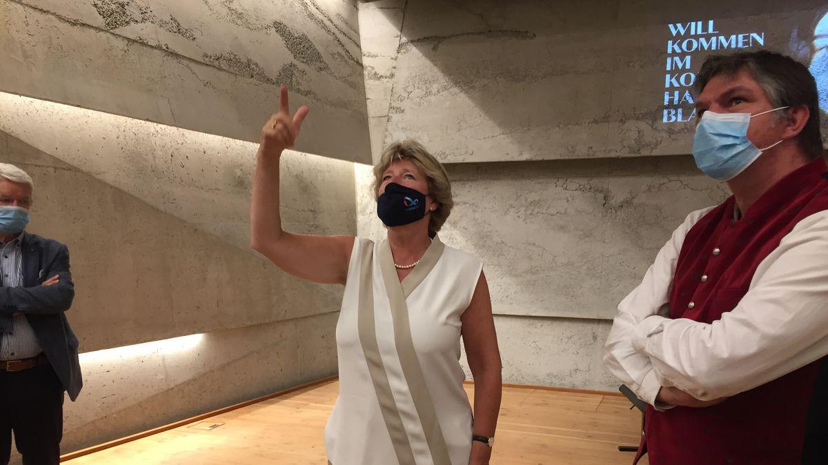 Kulturstaatsministerin Monika Grütters ist beeindruckt vom Blaibacher Konzerthaus.