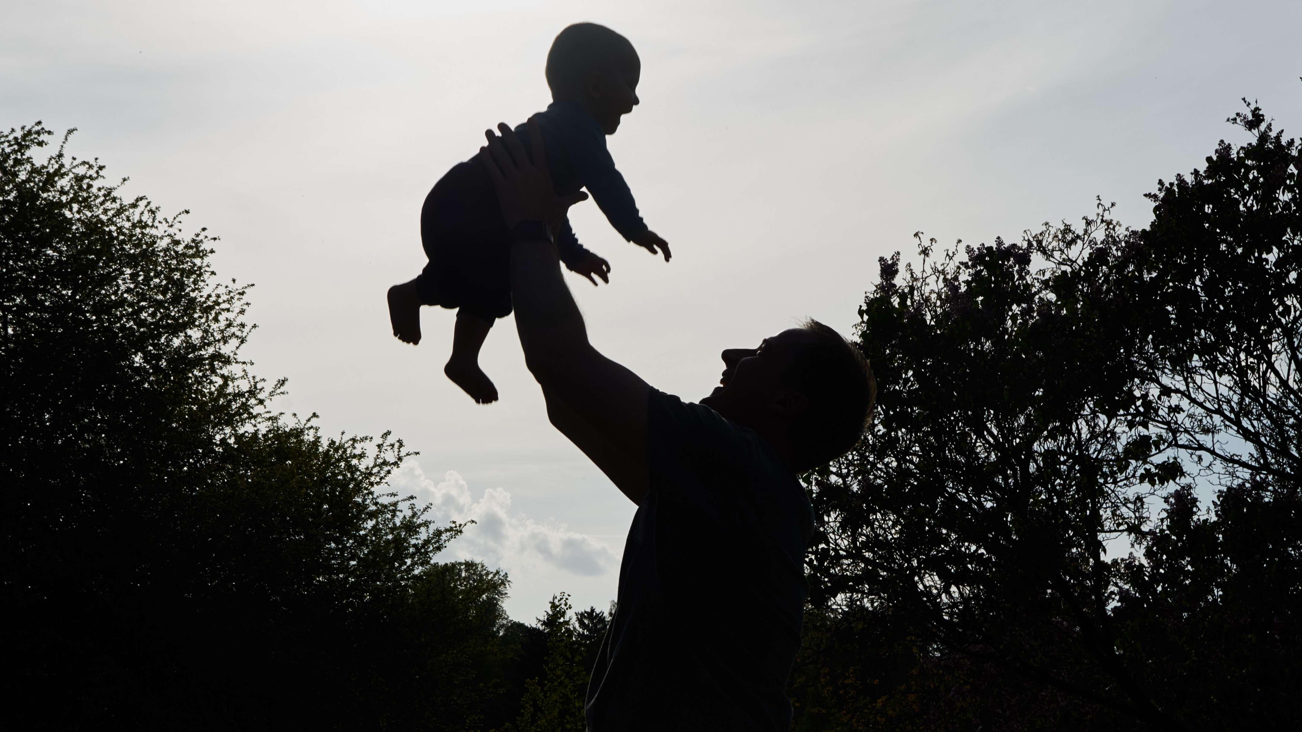 Vater wirft sein Baby in die Luft