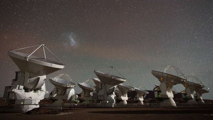 Die Antennenschüsseln des ALMA-Radioteleskops in den chilenischen Anden gehören zum Netzwerk des Event Horizon Telescope EHT