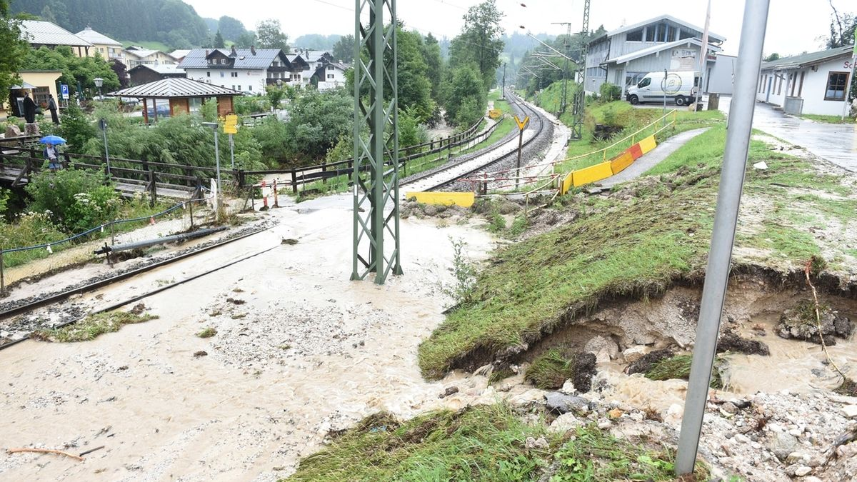 Bischofswiesen: Am Bahnhof überflutet Wasser bei Unwetter und Hochwasser im Berchtesgadener Land die Gleise.