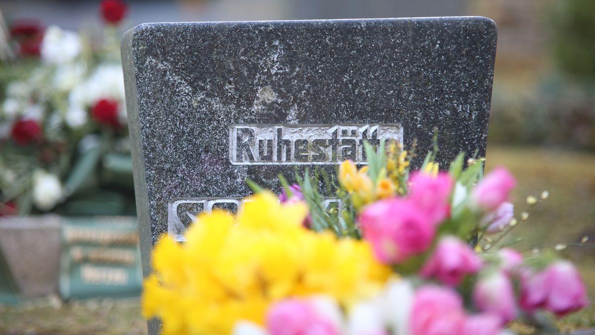 """""""Ruhestätte"""" steht auf einem Grabstein"""