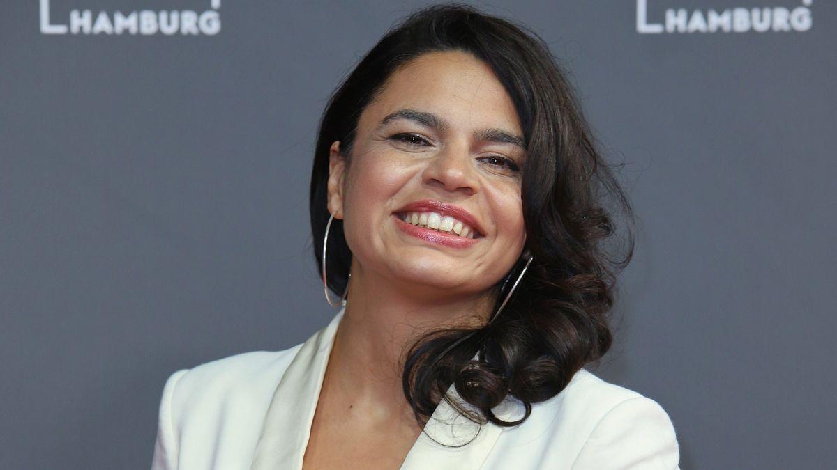 Eine lächelnde Frau mit schwarzen langen Haaren: Alina Serban