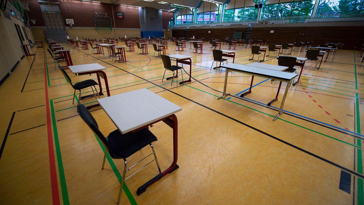 Vorbereitungen für Abitiurprüfung in einer Schulturnhalle (Symbolbild)