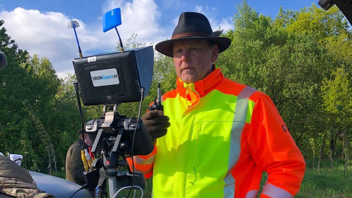 Drohnenpilot Michael Lasch behält den Drohnenbildschirm im Blick und navigiert die Retter zum Wärmepunkt.