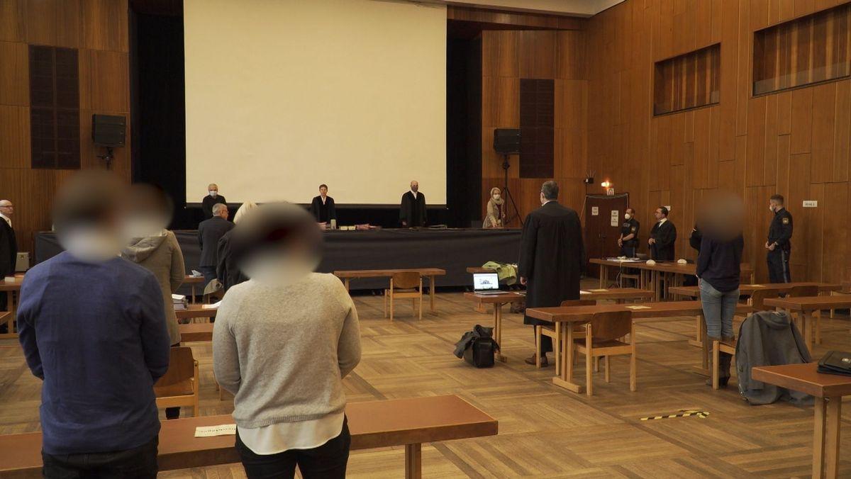 Ein ehemaliger Fußball-Jugendtrainer aus dem Landkreis Bad Kissingen steht in Schweinfurt vor Gericht. Er soll Kinder sexuell missbraucht haben. Außerdem soll er von seinen Schützlingen im Verein Nacktaufnahmen verlangt haben.