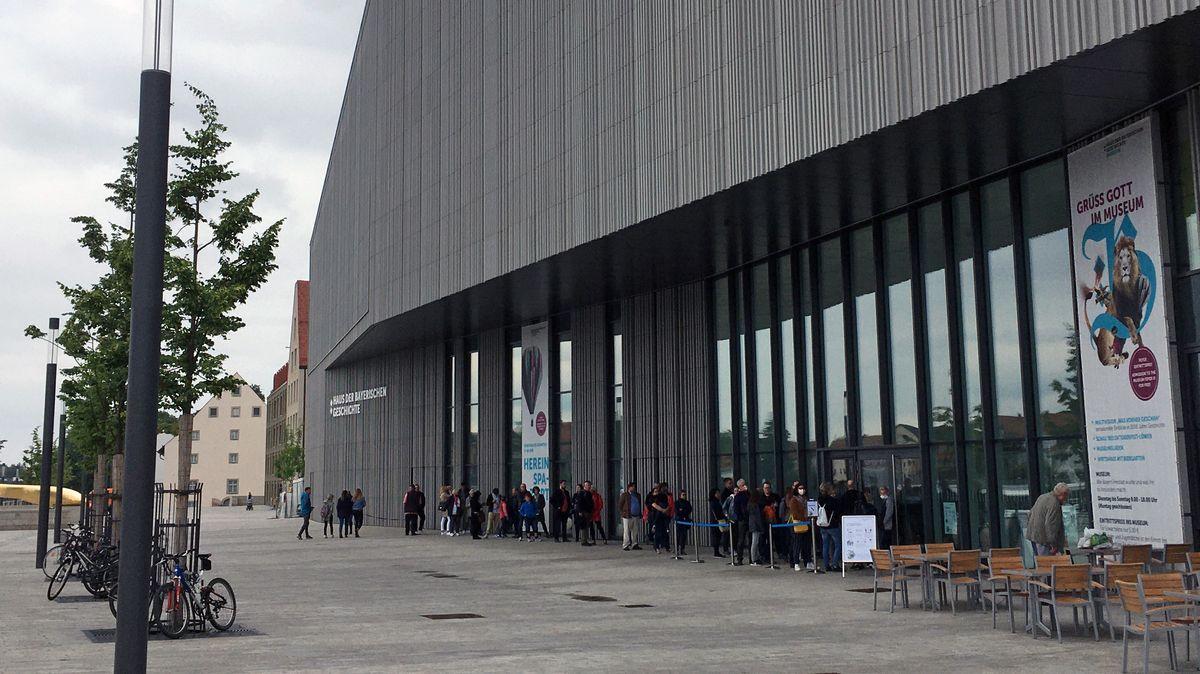 Eine lange Schlange hat sich in dieser Woche haben sich am Museum der Bayerischen Geschichte in Regensburg gebildet.