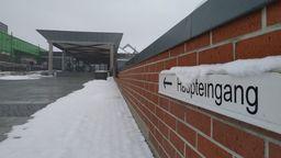 Blick auf den Eingangsbereich des Klinikum Bayreuth   Bild:BR/Lisa Hofmann