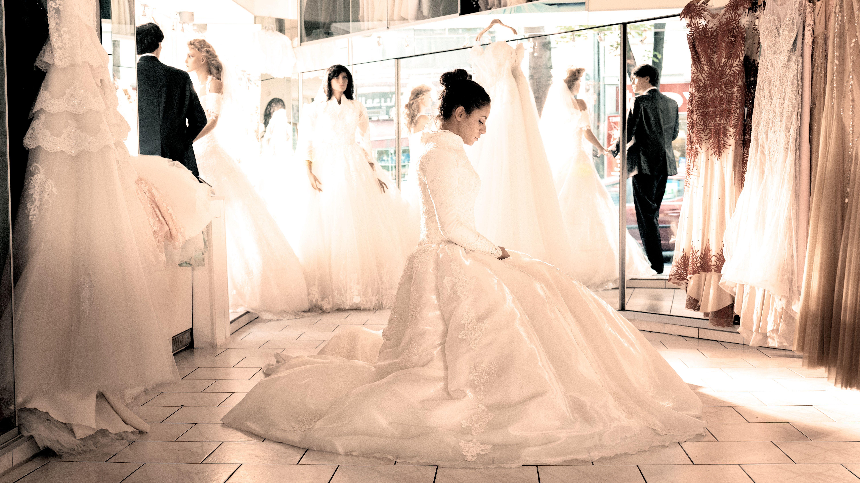 """Vorbereitungen für die erzwungene Hochzeit: Aynur (Almila Bagriacik) im Brautkleid, Filmszene aus """"Nur eine Frau"""""""
