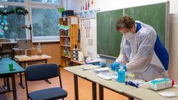 In einer Grundschule bereitet eine Mitarbeiterin eine Reihentestung auf das Coronavirus vor. | Bild:dpa-Bildfunk/Sina Schuldt
