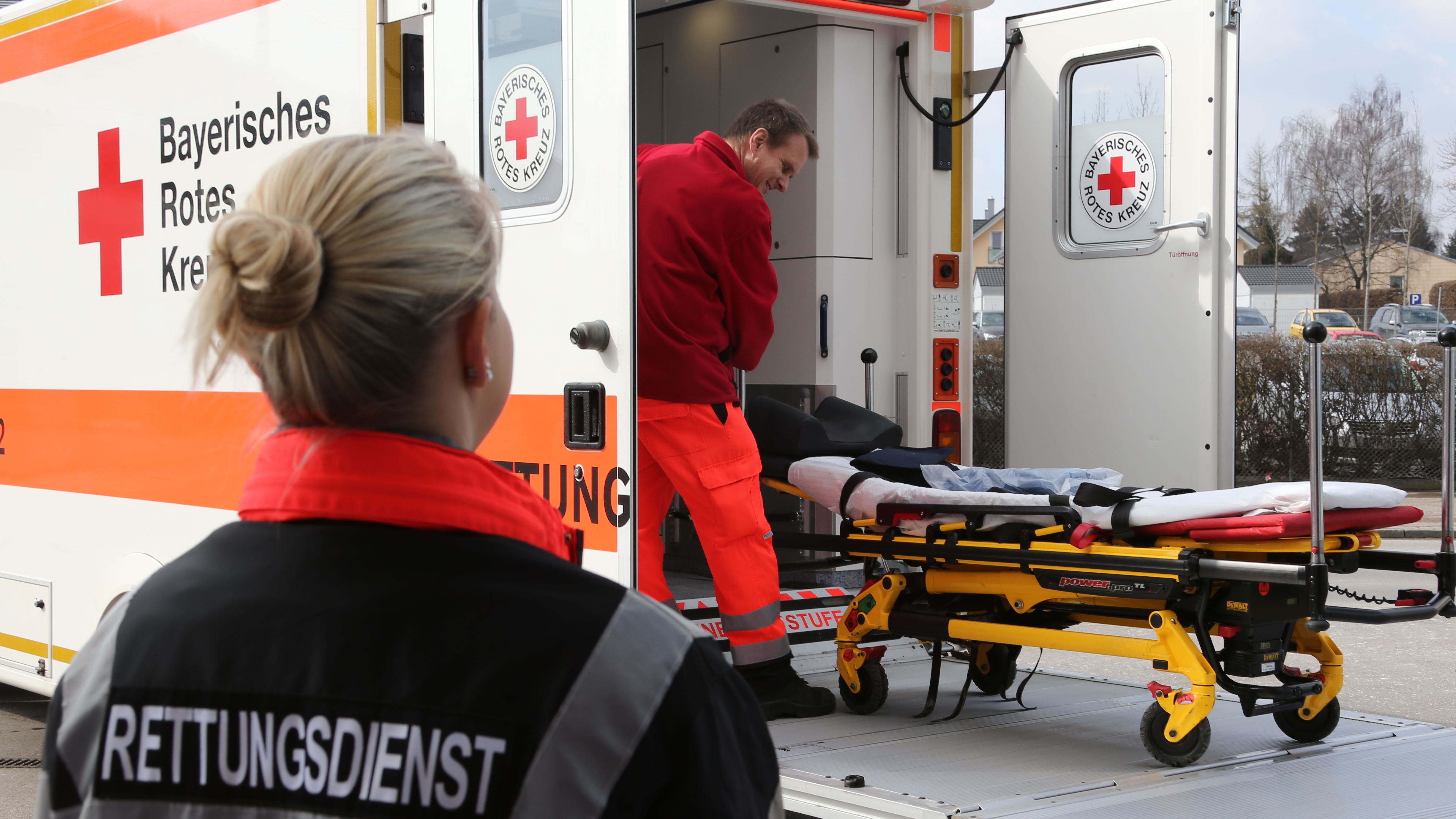 Sanitäter des BRK an einem Rettungswagen