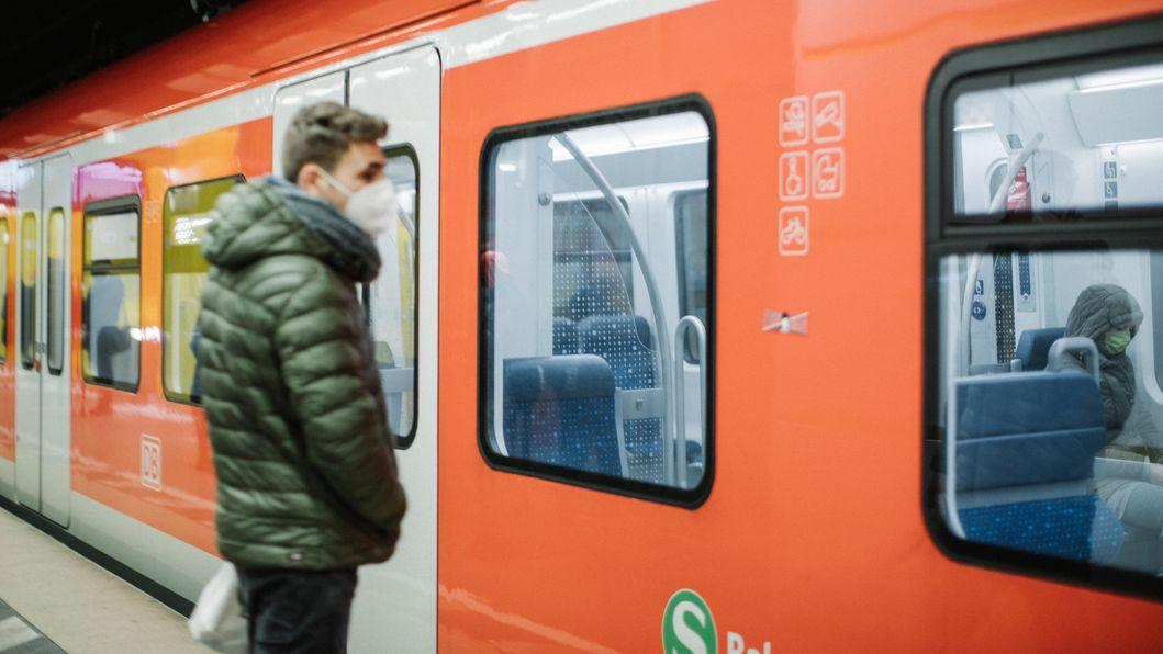 Fahrgast mit FFP2-Maske an S-Bahn