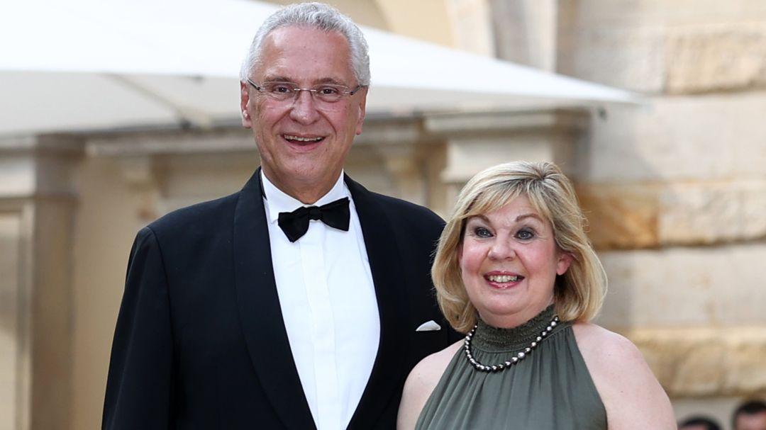 Auch Bayerns Innenminister Joachim Herrmann (CSU) und Ehefrau Gerswid lassen sich die Eröffnung der Festspiele nicht entgehen.