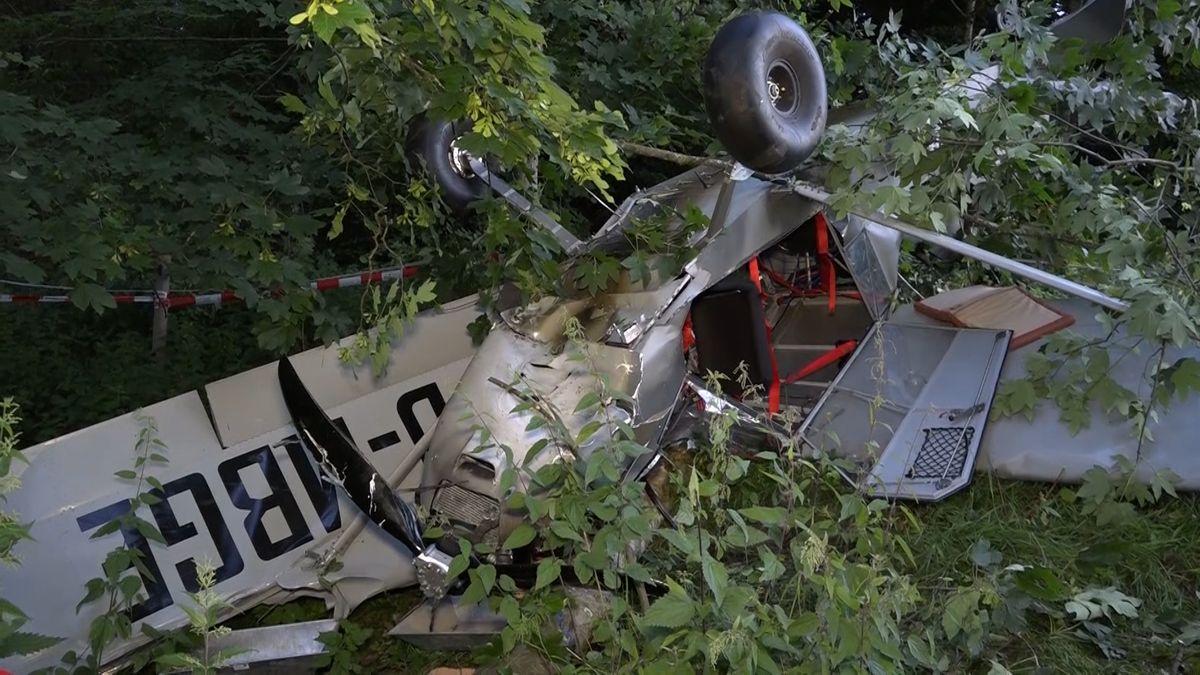 Kleinflugzeug stürzt in Wald