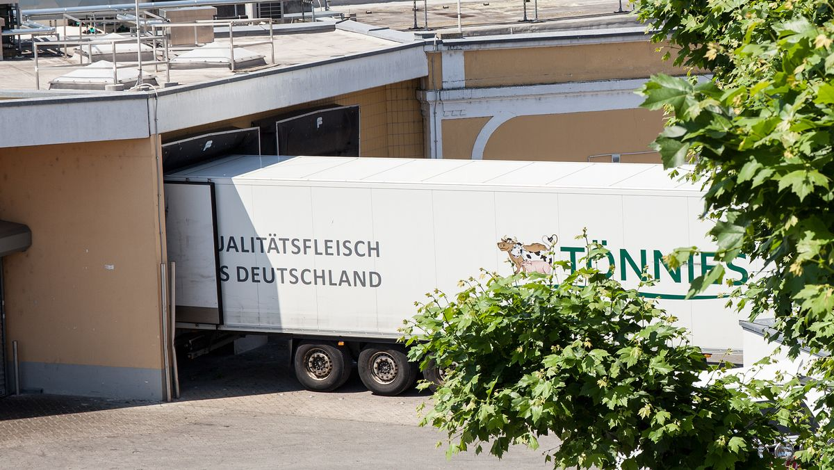 Ein Lastwagen am Tönnies-Schlachthof in Bamberg, aufgenommen am 23. Juni 2020.