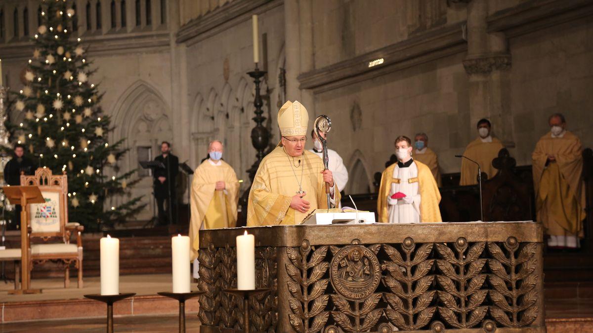 Bischof Rudolf Voderholzer bei einem Gottesdienst am ersten Weihnachtsfeiertag im Regensburger Dom.