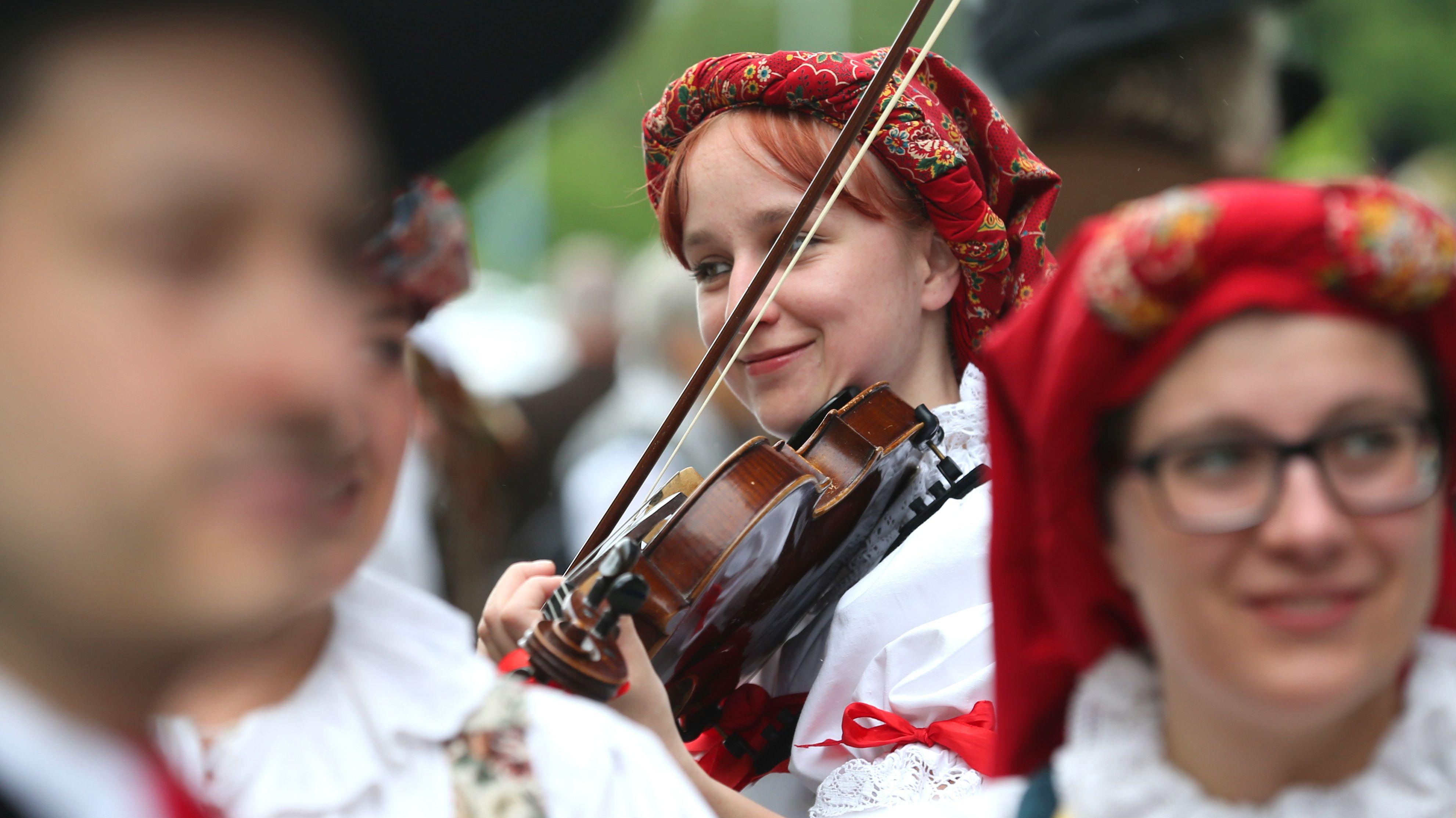 Archivbild: Besucher in Iglauer Tracht musizieren 2017 beim 68. Sudetendeutschen Tag in Augsburg.