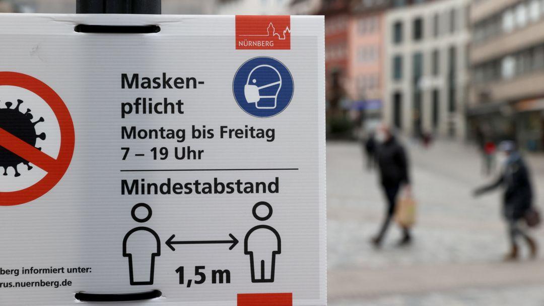 Schild in der Nürnberger Innenstadt, das auf die Maskenpflicht hinweist