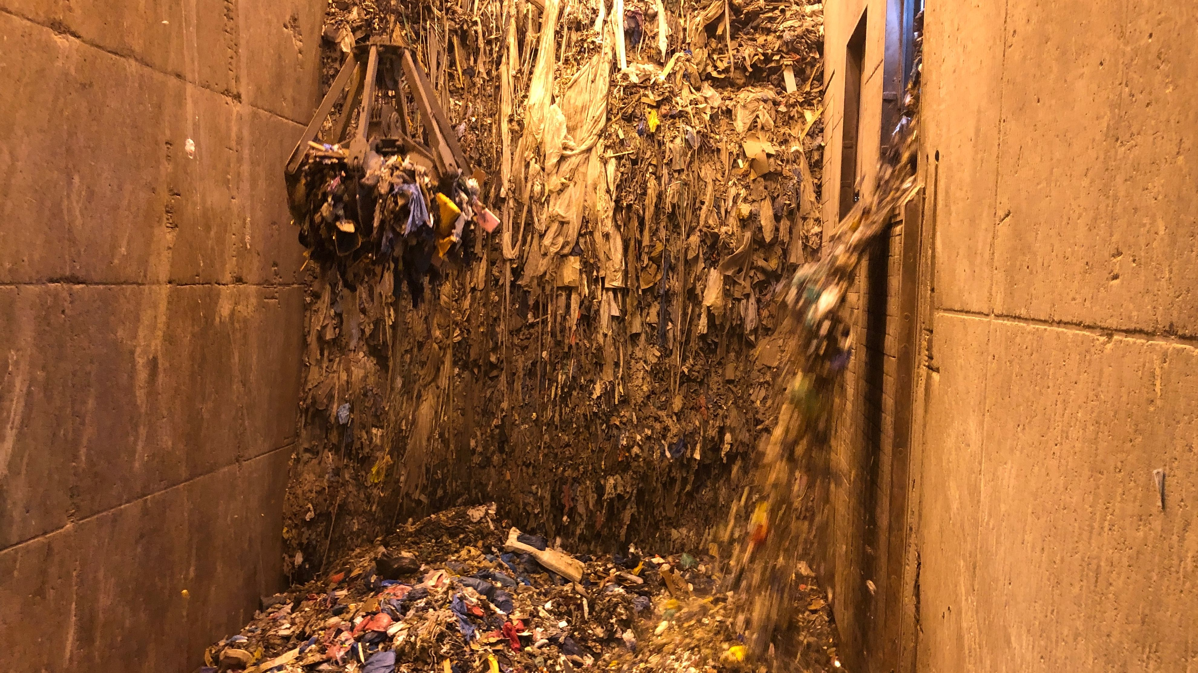 Ein Blick in das Mülllager im Müllkraftwerk in Schwandorf