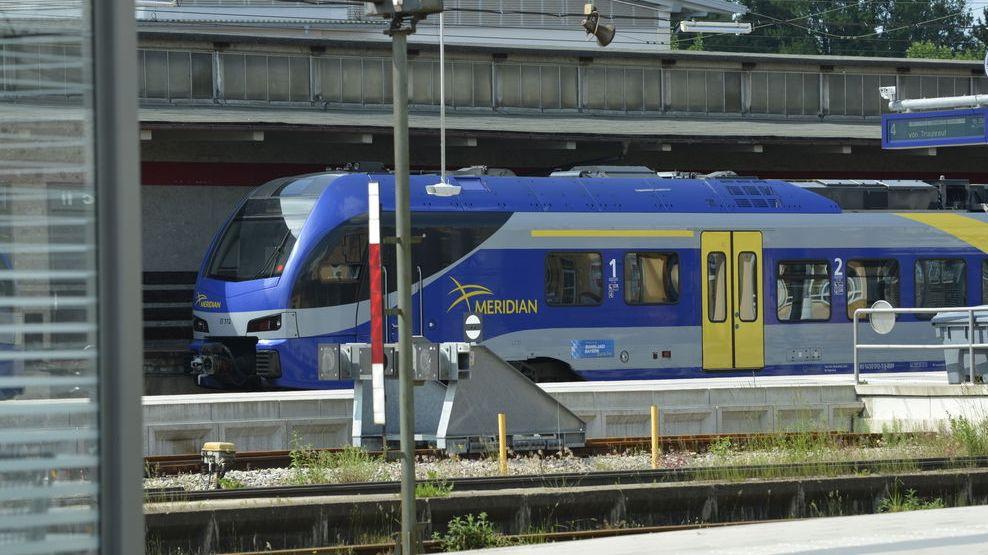 Meridian Zug am Bahnhof Traunstein