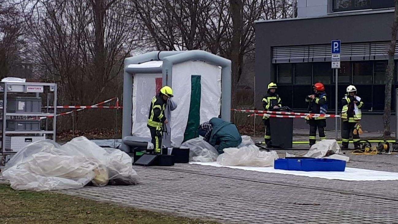 In diesem Zelt wurden kontaminierte Schutzanzüge der Einsatzkräfte gereinigt