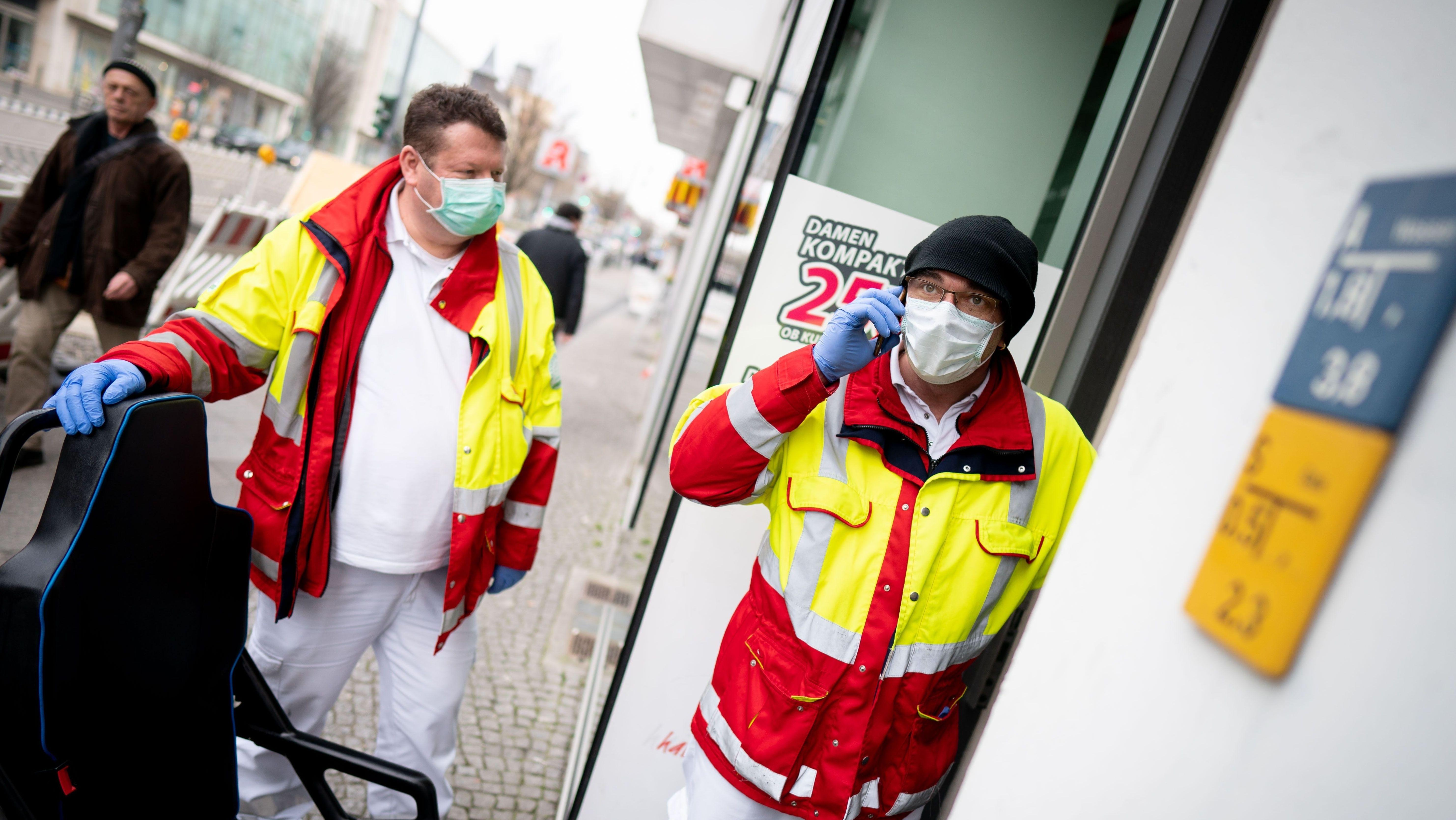 Rettungssanitäter mit Mundschutz