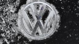 VW-Logo im Schnee | Bild:Picture Alliance