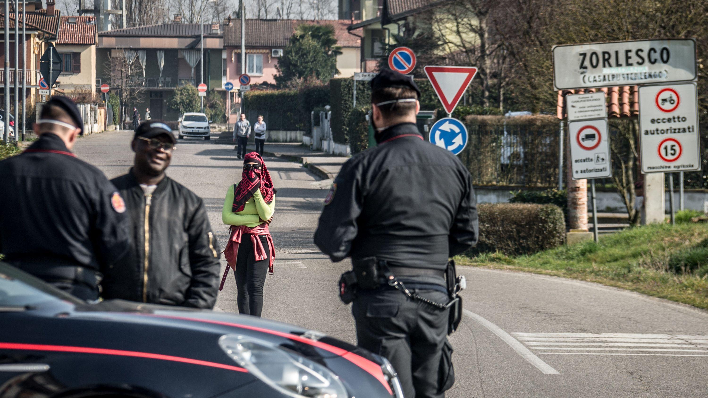"""Straßensperre in Casalpusterlengo am Rand der """"Roten Zone"""""""