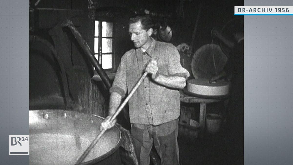 Käser bei der Herstellung von Käse
