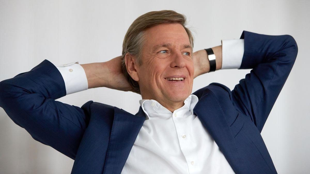 Der ZDF-Moderator mit hinter dem Kopf verschränkten Armen