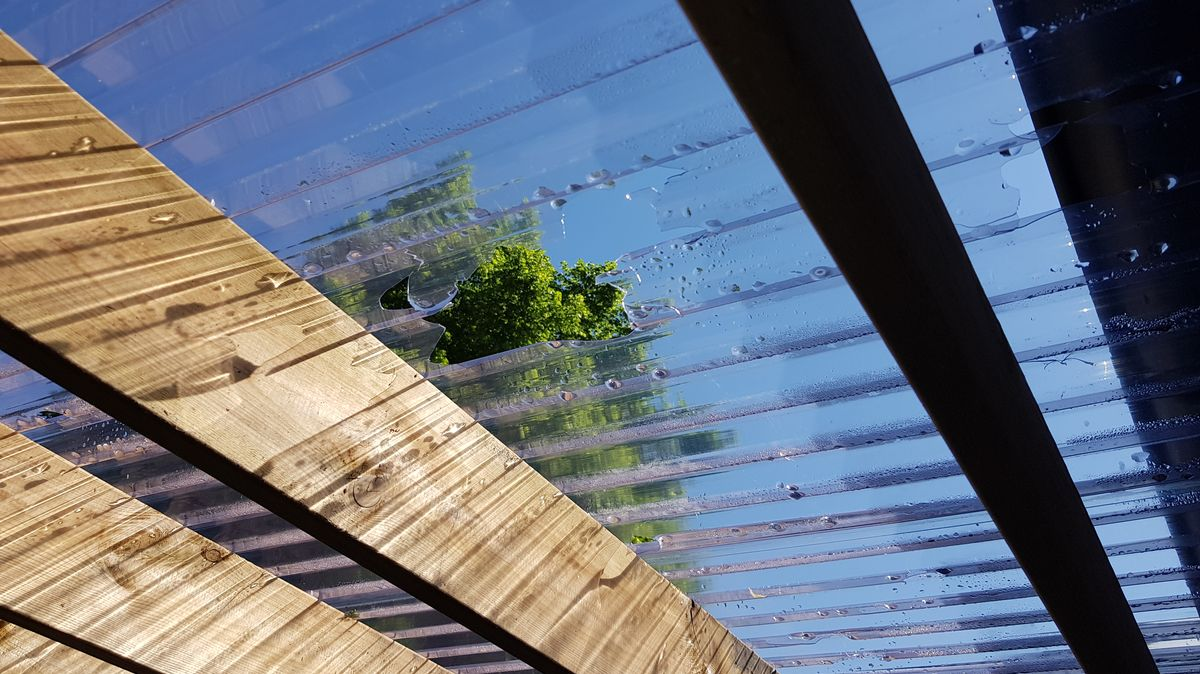 Die Hagelkörner schafften es durch das Dach eines Fahrrad-Unterstands im südlichen Landkreis Ebersberg.