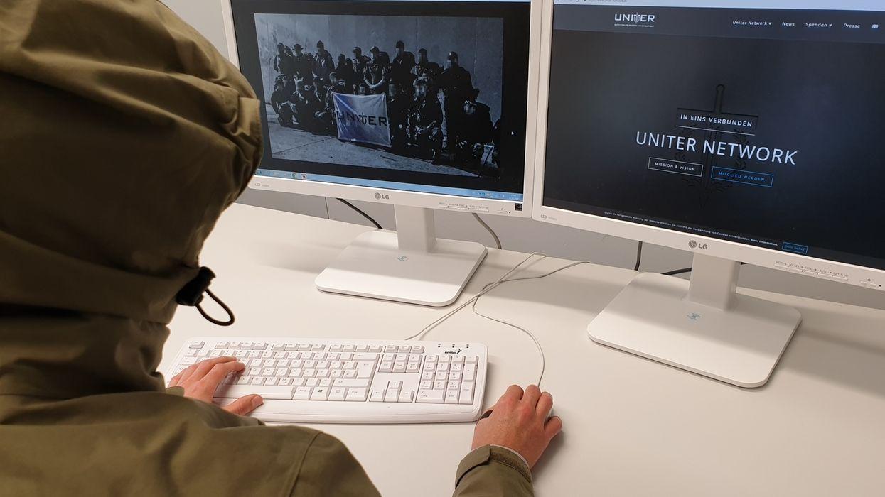Person vor Computer mit Uniter-Webseiten