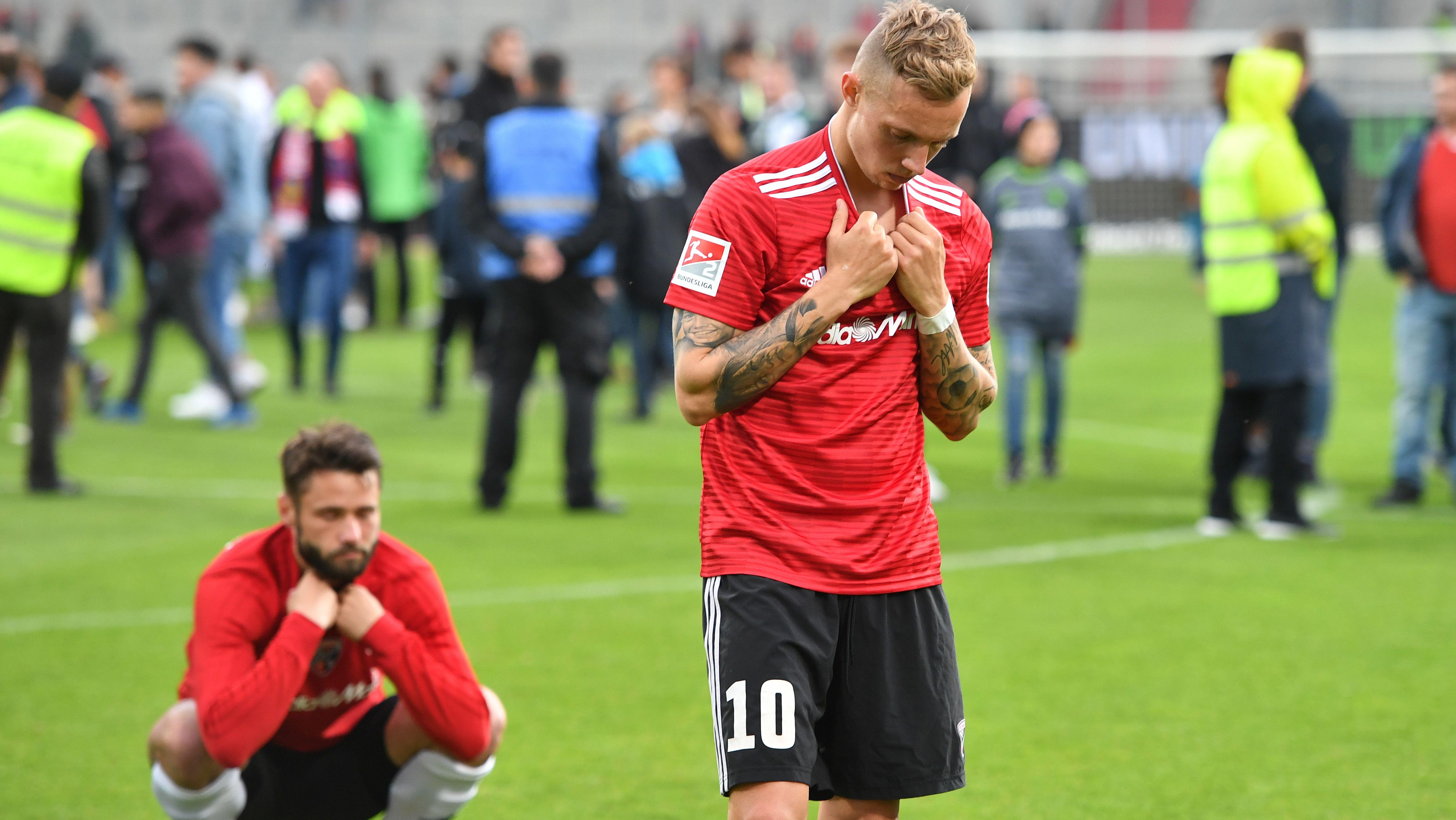 Christian Träsch und Sonny Kittel nach der Niederlage im Relegations-Rückspiel, das den Abstieg besiegelte.