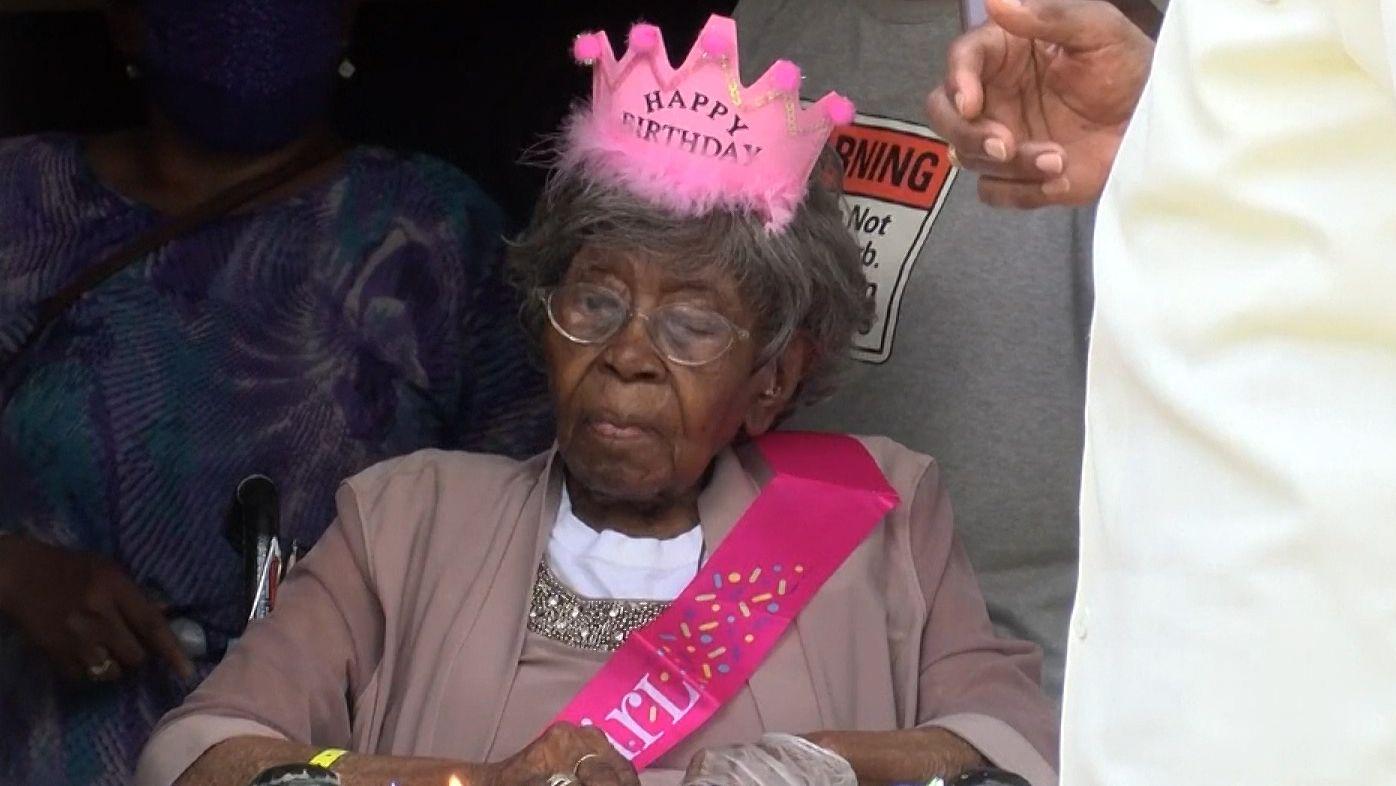 """Hester Ford an ihrem 116. Geburtstag mit """"Birthday Girl""""-Schärpe und rosa Krone"""