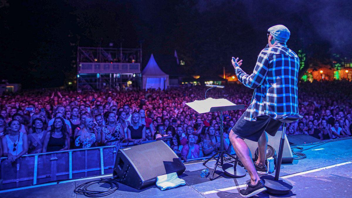 Open Air Konzert: Naidoo in Rückenansicht vor Publikum