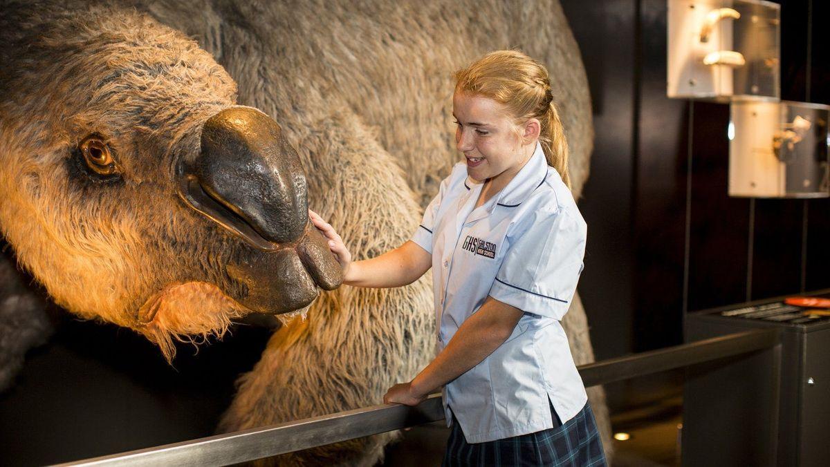 Nachbildung eines Riesenwombats und eine Besucherin des Australian Museum in Sydney.
