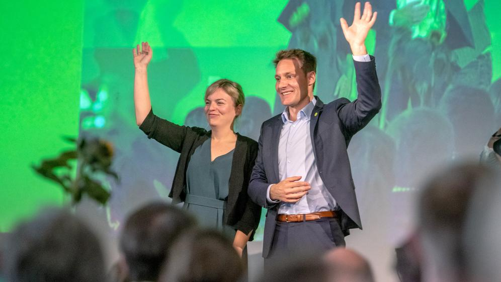 Das Grünen-Spitzenduo, Katharina Schulze und Ludwig Hartmann, jubelt einmal mehr über den Erfolg bei der Landtagswahl in Bayern. | Bild:dpa-Bildfunk/Armin Weigel