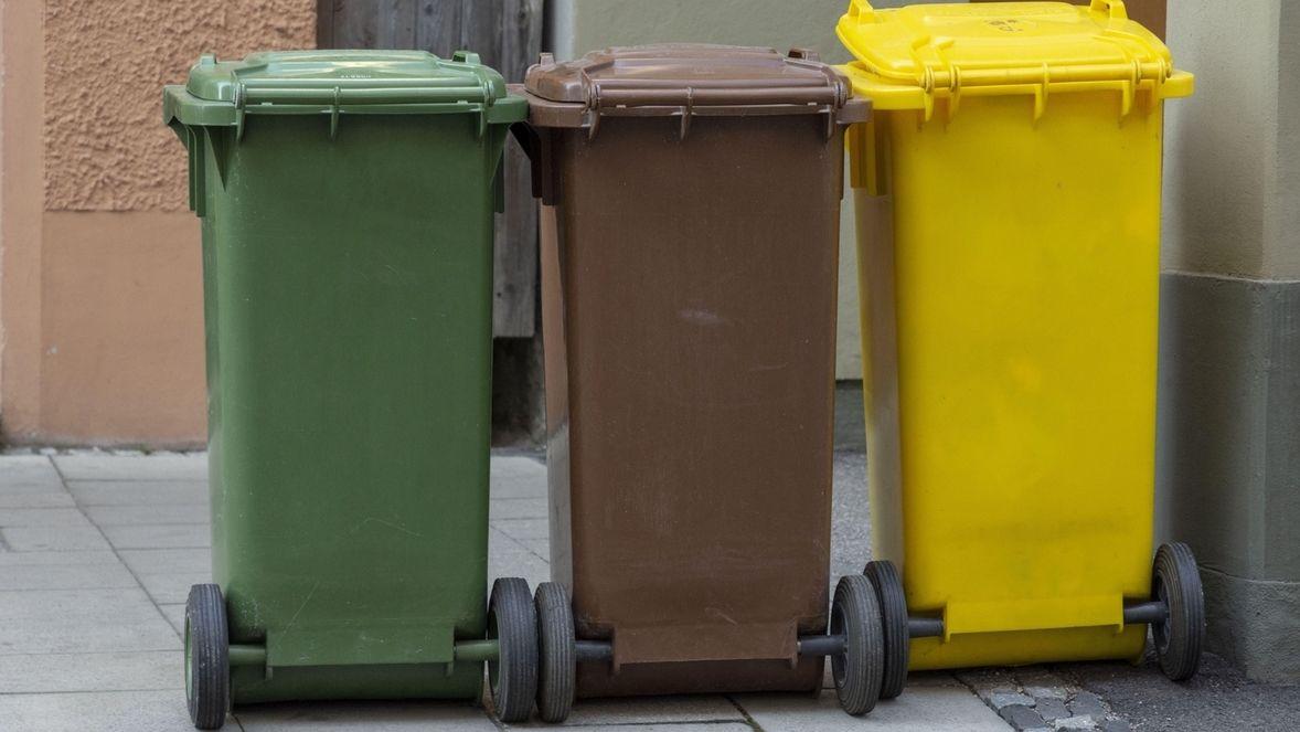 Drei verschiedene Mülltonnen zur Mülltrennung auf der Straße