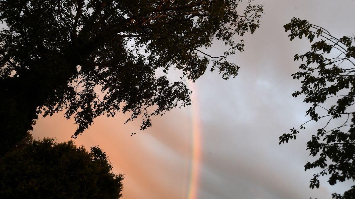 Regenbogen vor dunklen Wolken