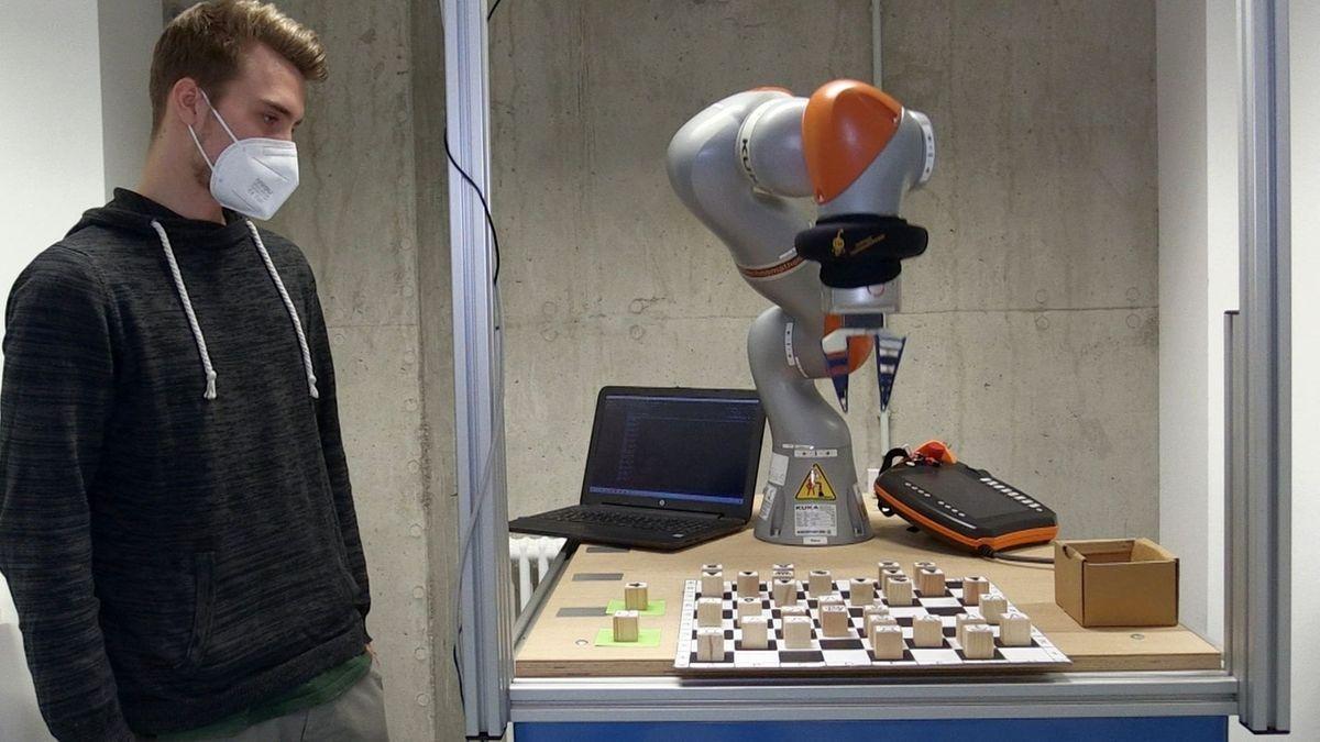 """Tim Selig und Roboterarm """"Roberta""""."""