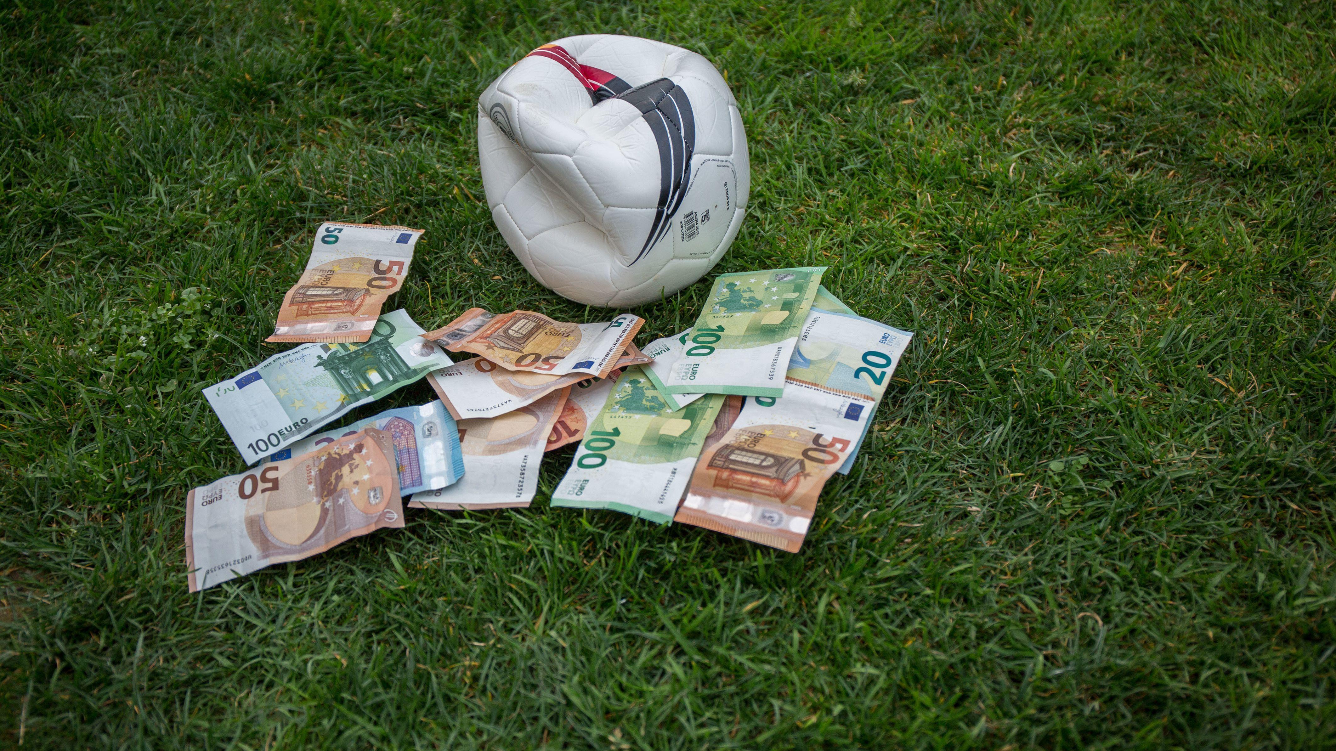Symbolbild: Fußball und Geldscheine