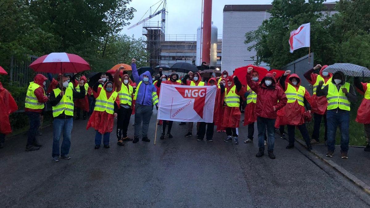 Streikende der Gewerkschaft Nahrung, Genuss, Gaststätten in Vilshofen