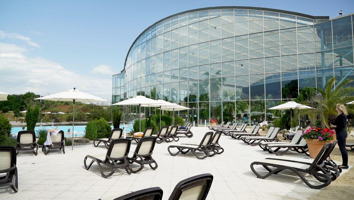 Die Therme Bad Wörishofen: Stühle draußen vor einem Schwimmbecken