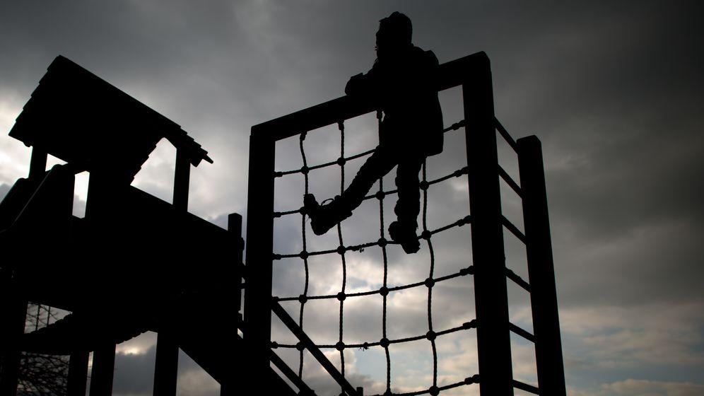 Kind auf einem Klettergerüst | Bild:pa/dpa/Julian Stratenschulte