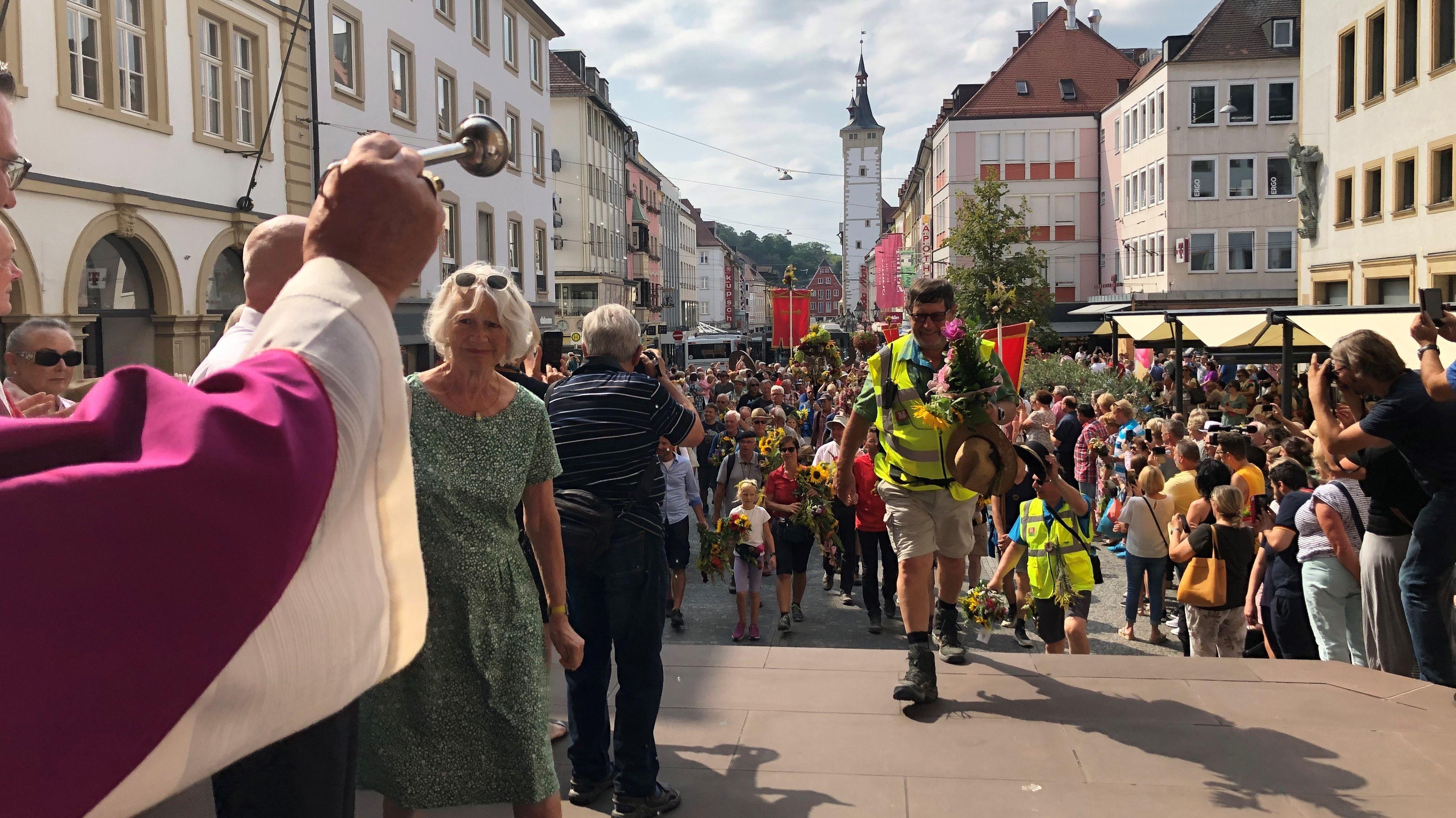 Die Kreuzbergwallfahrer wurden beim Einmarsch in den Würzburger Dom mit Weihwasser geweiht.