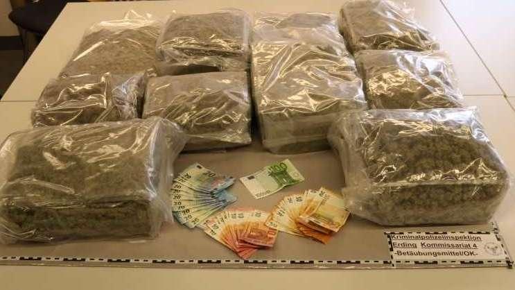 Der Inhalt einer Sporttasche - Viel sauber verpacktes Marihuana und einiges Bargeld.