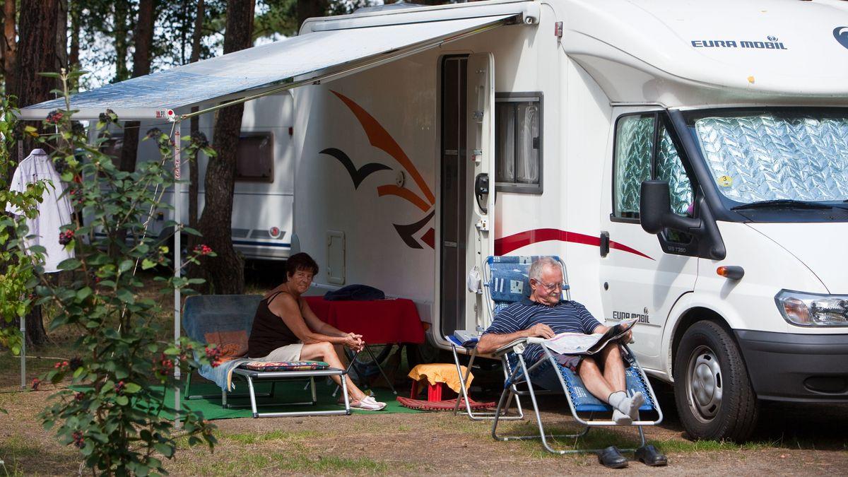 Urlauber auf einem Campingplatz in Südbrandenburg.