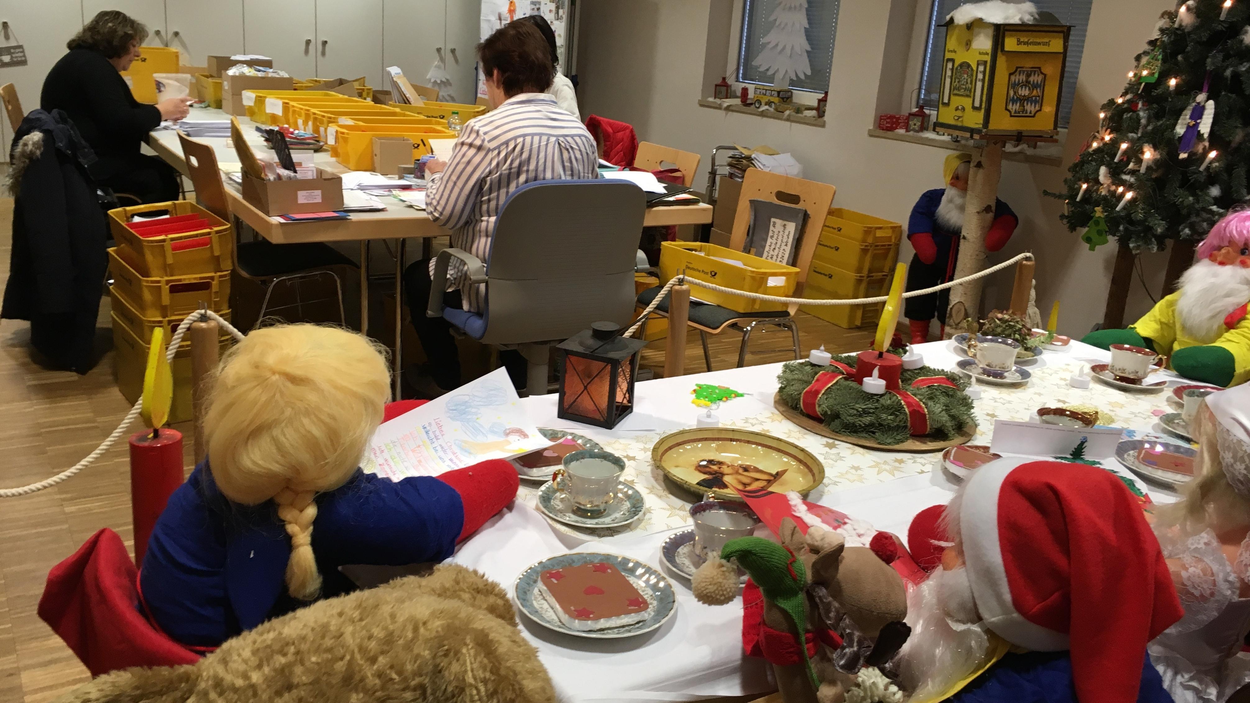 Ehrenamtliche Helfer im Weihnachtspostamt in Himmelstadt